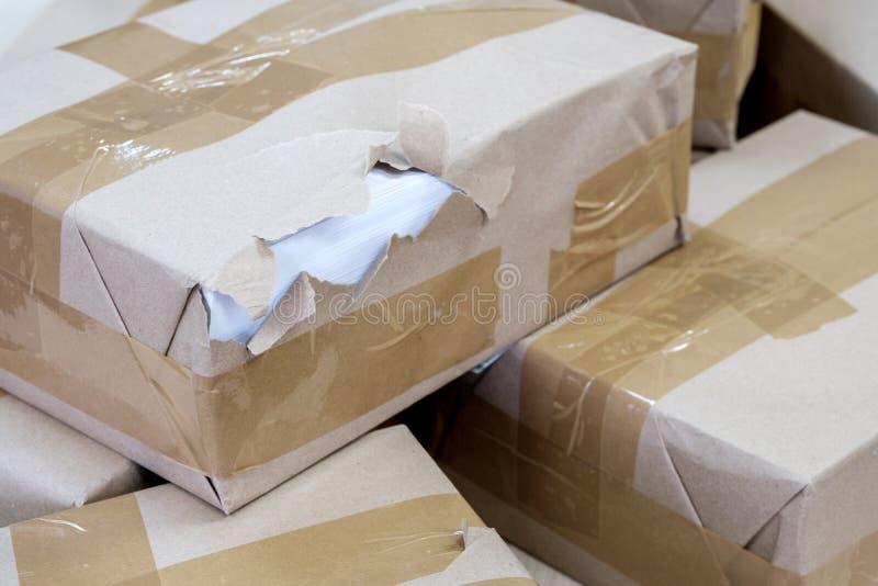 Förpackningen för förseglat låda är skadad och förstörd royaltyfri bild