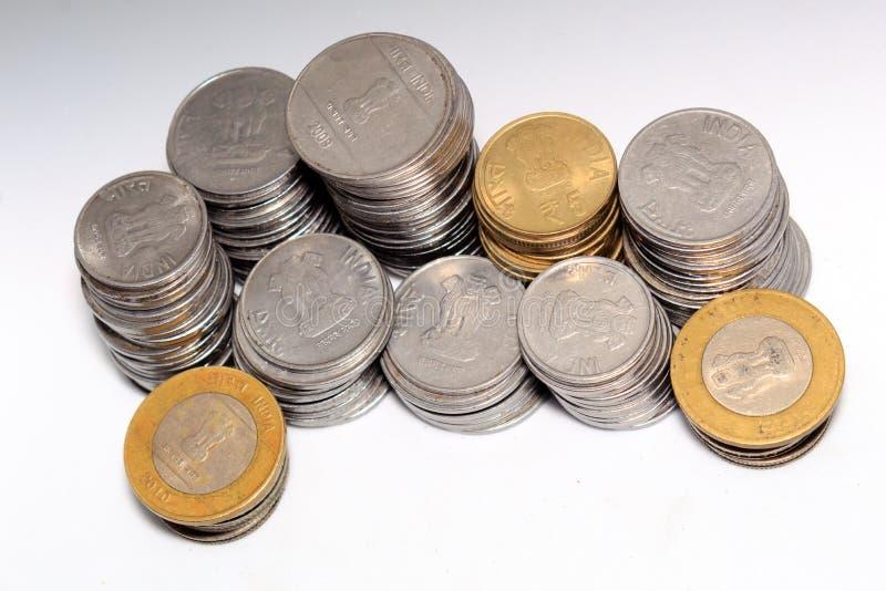 Förråd av för metallmynt för indisk rupie 5 och 10 valuta på isolerad vit bakgrund Finansiellt ekonomi, investeringbegrepp arkivfoto