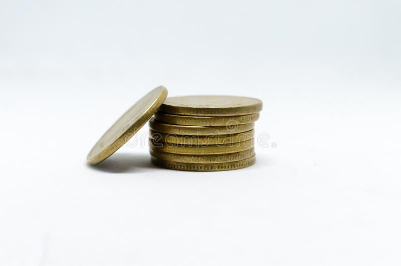 Förråd av för metallmynt för indisk rupie 5 valuta på isolerad vit bakgrund Finansiellt ekonomi, investeringbegrepp Packa ihop oc arkivbild