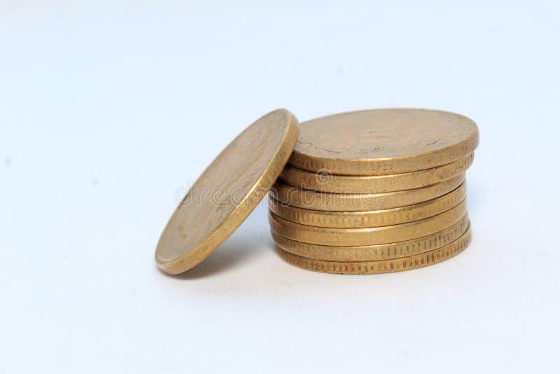 Förråd av för metallmynt för indisk rupie 5 valuta på isolerad vit bakgrund Finansiellt ekonomi, investeringbegrepp Packa ihop oc royaltyfri bild