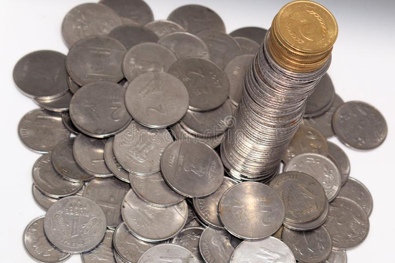 Förråd av hundra nummer 1, 10, för metallmynt för indisk rupie 5 valuta på isolerad bakgrund Finansiellt ekonomi, investering royaltyfria foton
