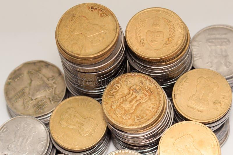 Förråd av hundra valuta för mynt för metall för indisk rupie fem för nummer 5 på isolerad bakgrund Finansiellt ekonomi, investeri royaltyfri fotografi