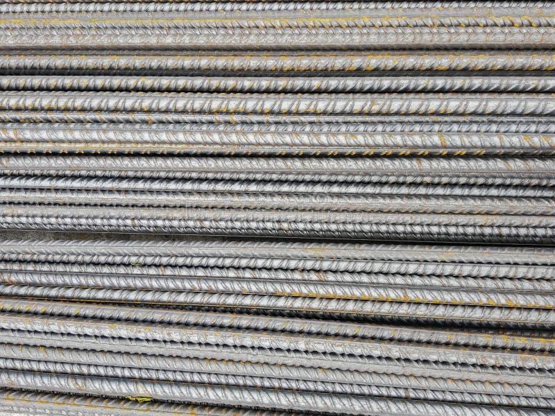 Förråd av stålstänger i konstruktionsplatsen som utför förstärkt betong royaltyfria bilder