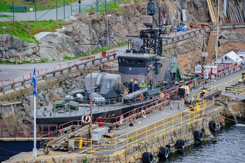 Förr svensk militär krigsskepp - museummissilfartyg Ystad R142 på årlig kontroll på den torra skeppsdockan på den gamla hamnplats arkivbild