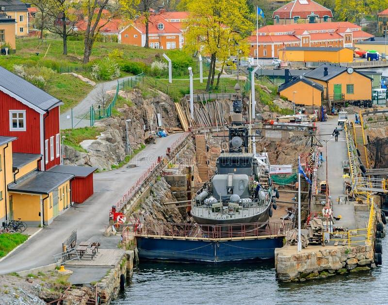 Förr svensk militär krigsskepp - museummissilfartyg Ystad R142 på årlig kontroll på den torra skeppsdockan på den gamla hamnplats arkivbilder