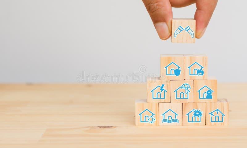 Försäkringbegrepp, handmanförsök att sätta försäkringen för att skydda eller täcka hem, husägare, flod, jordskalv, brand, explosi arkivbild