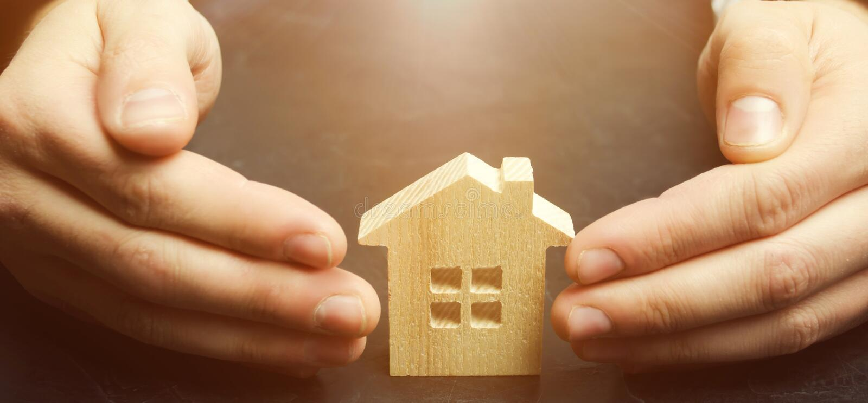 Försäkringmedlet skyddar huset med en gest av skydd Begreppet av skydd och hus för egenskapsförsäkring royaltyfri bild