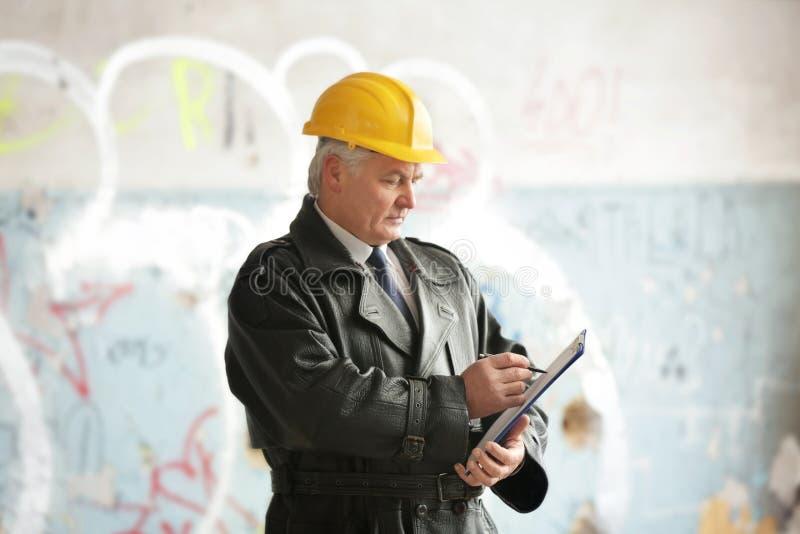 Försäkringregulator i skövlat rum av övergiven byggnad fotografering för bildbyråer