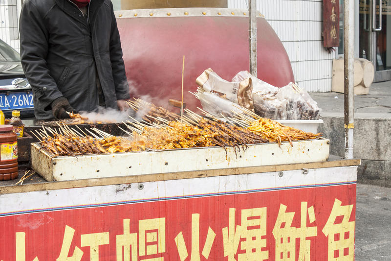 Försäljare av gatamat i Shenyang Kina royaltyfria foton