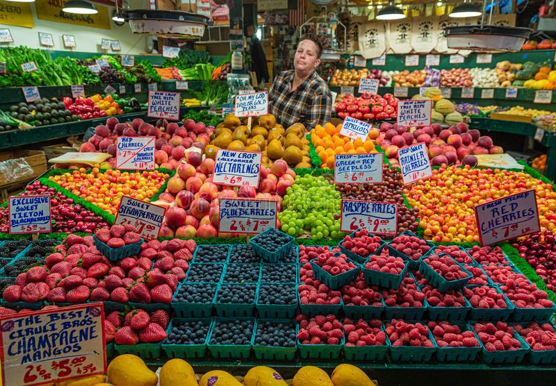 Försäljare bak fruktmarknad royaltyfria bilder