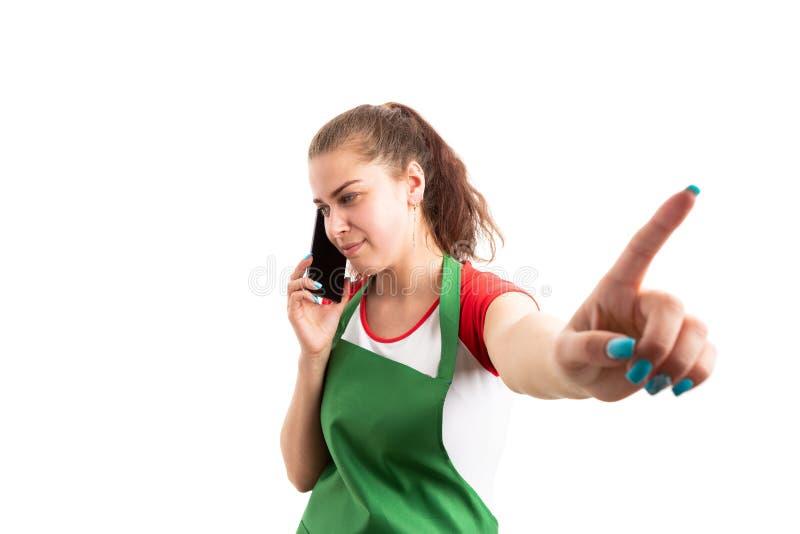 Â-försäljare eller assistent som använder smartphonen och gör hållgestu arkivfoton