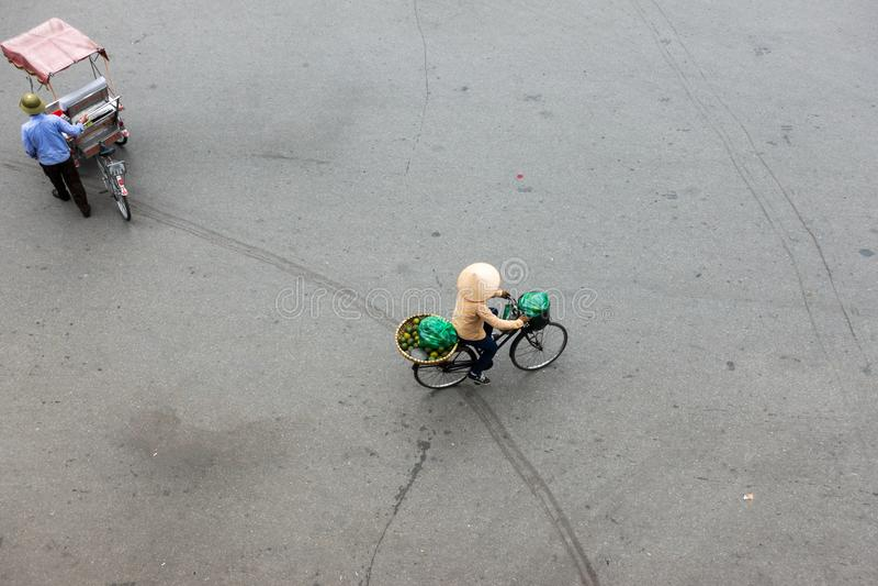 Försäljare med cykeln av housewares på den Hanoi gatan arkivfoton