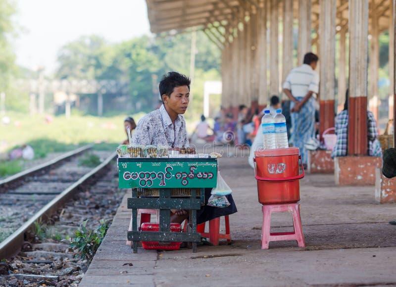 Försäljare på en järnvägsstation i Yangon, Myanmar arkivfoton