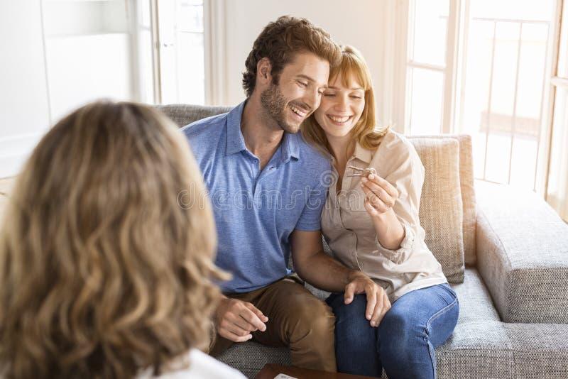 Försäljare som ger lägenhettangenter till nya ägare royaltyfria foton