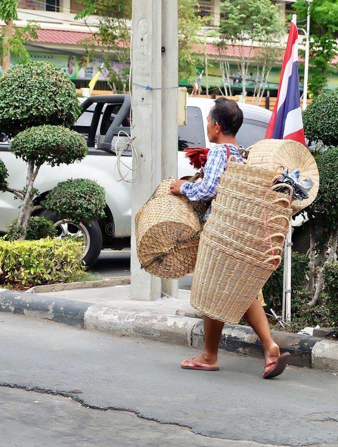 Försäljare som säljer bambukorgar på vägen royaltyfria foton