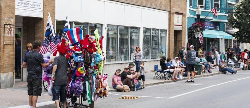 Försäljare som säljer flaggor och souvenir på strömförsörjningshummerfestivalen royaltyfri foto