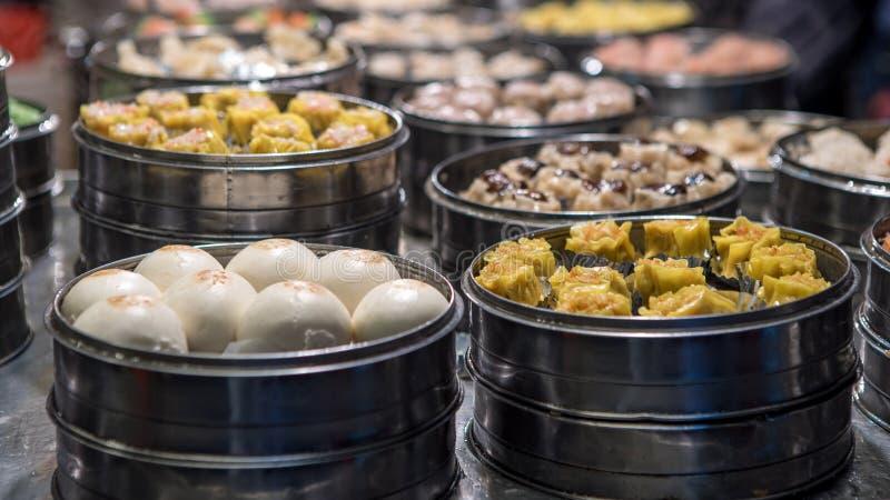Försäljare som säljer klimpen och shaomai i asiatisk gatamatmarknad av Taiwan royaltyfri bild