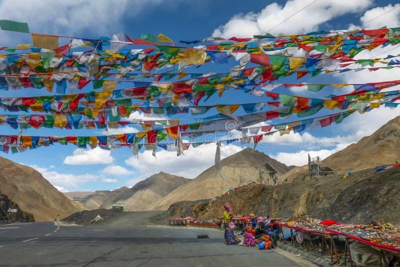 Försäljare som säljer tibetana stenar, pärlor och souvenir längs Kampala Pass i Tibet den autonoma regionen royaltyfri bild