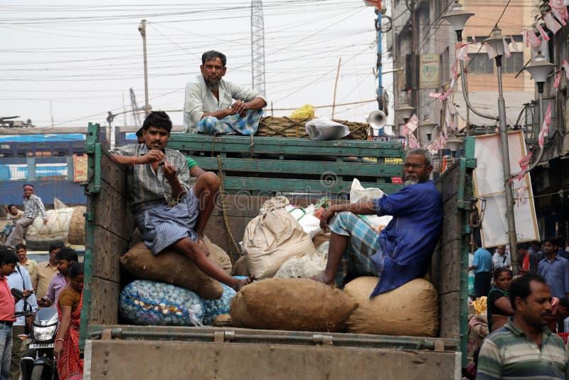 Försäljare väntar på kunder i Kolkata, Indien fotografering för bildbyråer