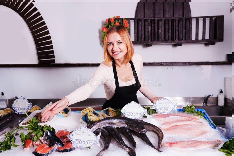 Försäljaren i en fisk shoppar royaltyfria foton