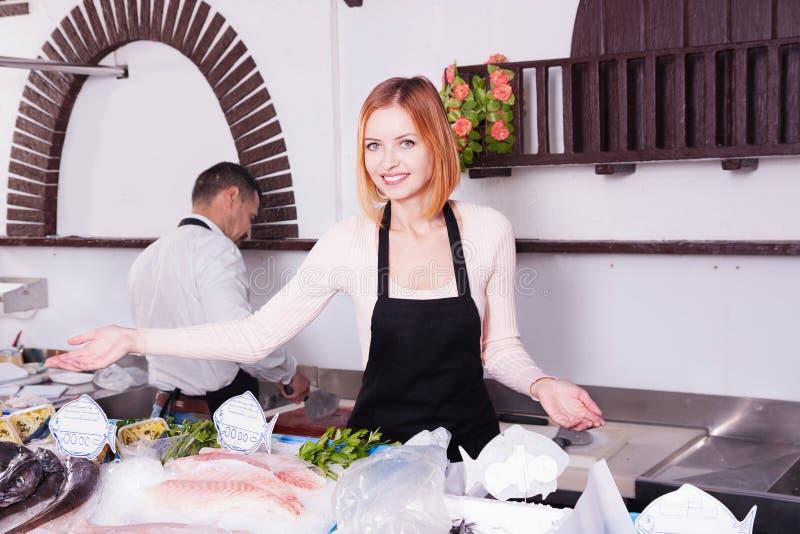 Försäljaren i en fisk shoppar royaltyfri bild