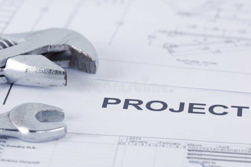 Försäljareprojektdokument med skiftnyckeln royaltyfria bilder
