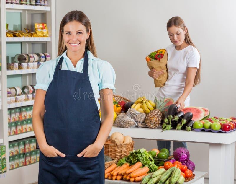 FörsäljareWith Female Customer shopping på arkivbilder