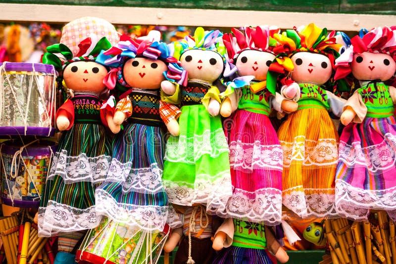 Försäljning av härliga färgrika mexikanska dockor i Xohimilco, Mexico arkivfoton