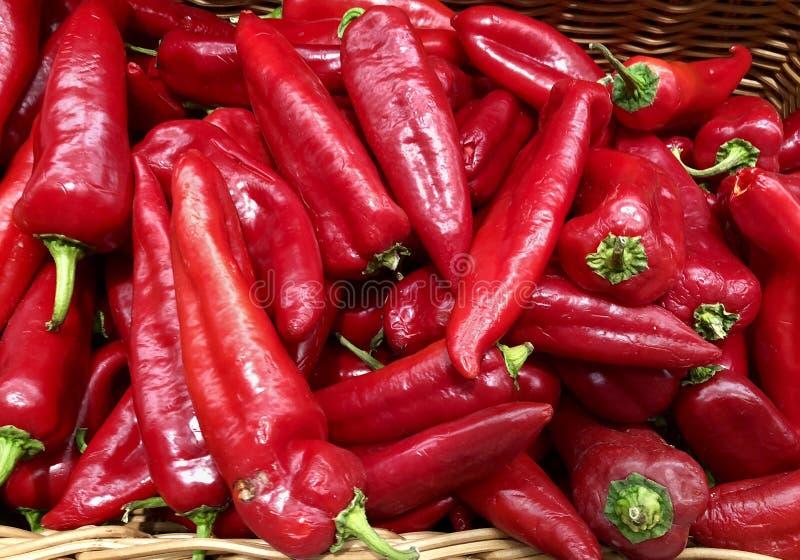 försäljning, mat, grönsaker och åkerbrukt begrepp - slut upp röda peppar arkivfoto