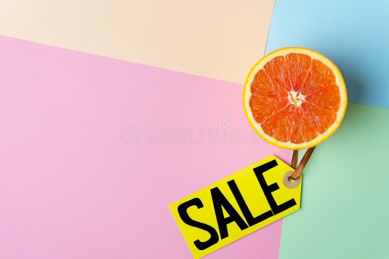 Försäljning, prislapp och halva för sommarsemester av apelsinen royaltyfri bild