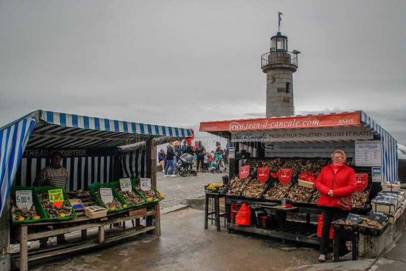 Försäljningen av havsmat längs kusten av det keltiska havet Marknad för morgonhavsmat med ostron royaltyfria foton