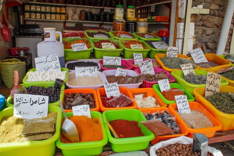 Försäljningen av kryddor i basarerna av Iran royaltyfria bilder
