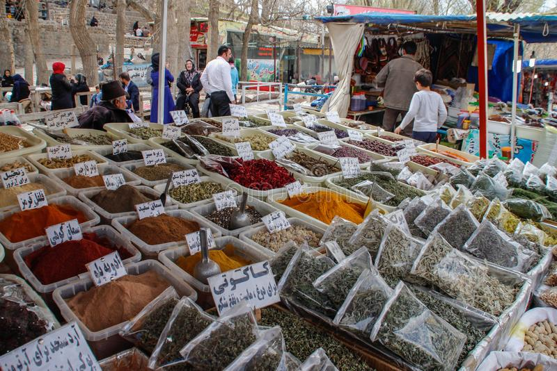 Försäljningen av kryddor i basarerna av Iran arkivbild