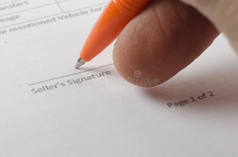 Försäljningsöverenskommelse och penna royaltyfria bilder