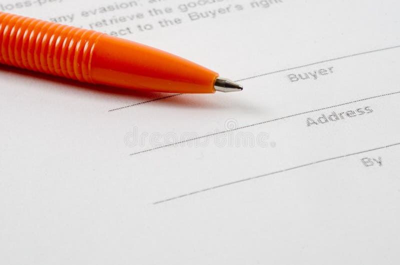 Försäljningsöverenskommelse och penna arkivfoton