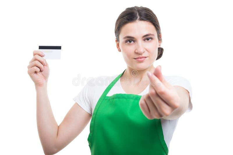 Försäljningsassistentflicka med debiteringkortet royaltyfria bilder