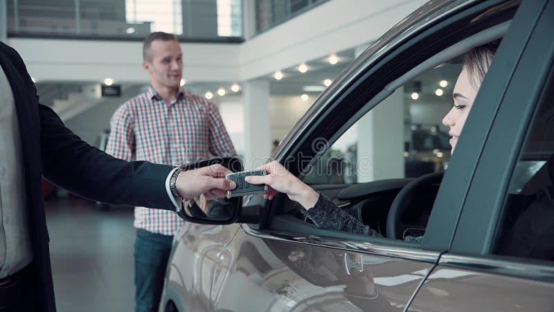 Försäljningschef Gives klienten tangenterna från bilen arkivbilder