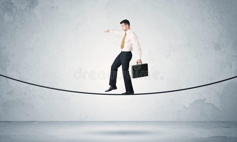 Försäljningsgrabb som balanserar på åtsittande rep royaltyfri foto