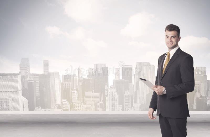 Försäljningsperson som framme talar av stadsscape arkivfoto