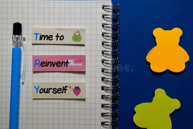 FÖRSÖK - Dags att uppfinna om Du själv skriver på anteckningar som är isolerade på Office Desk royaltyfri foto