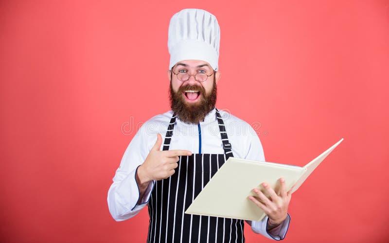 försök något som är ny Matlagning på min mening Förbättra att laga mat expertis Bokrecept Enligt recept Skäggig kock för man royaltyfria bilder