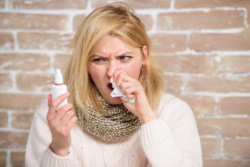 Försöka att inte nysa Sjuk kvinna, når att ha injicerat droppar in i näsa Gullig kvinna som vårdar nasal förkylning eller allergi royaltyfria foton