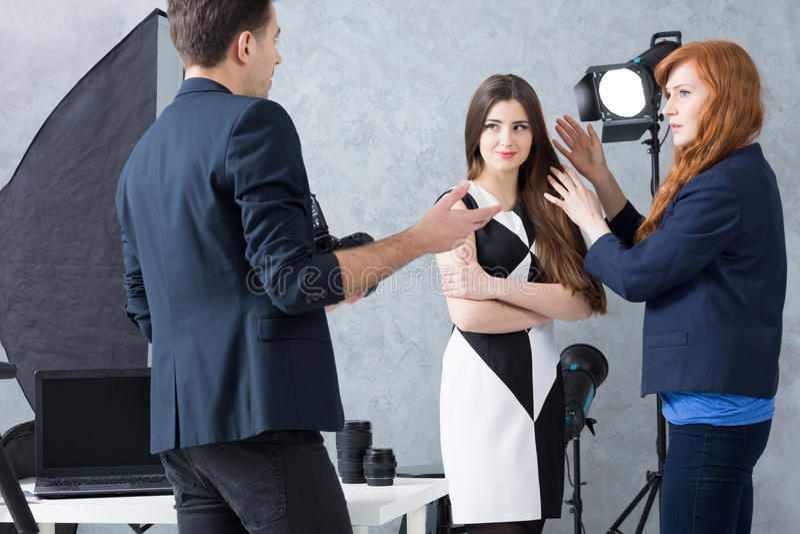 Försöka att upptäcka modellens fulla spänning fotografering för bildbyråer