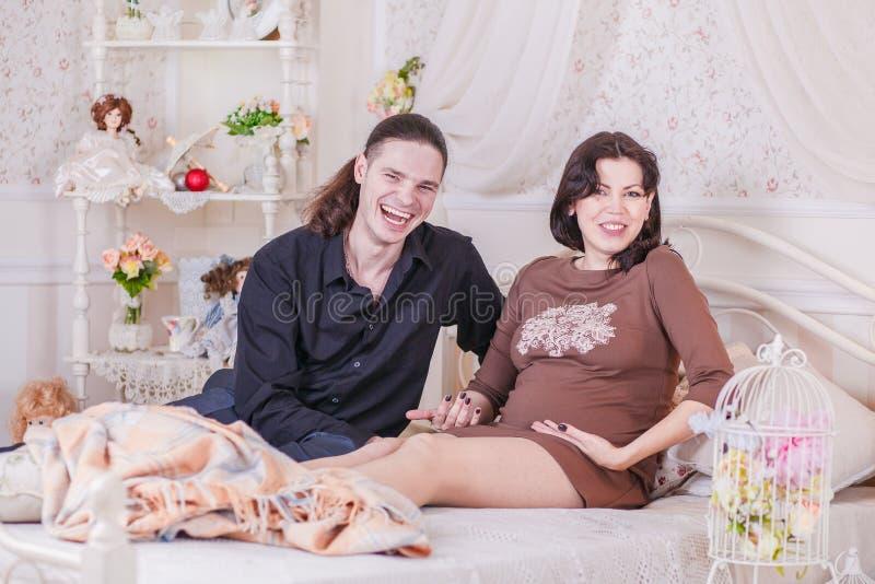 Försöka för barnpar som är gravid royaltyfria foton