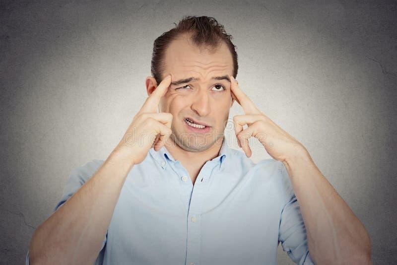 Försöka för ung affärsman för Headshot tänkande hårt att minnas något arkivfoto