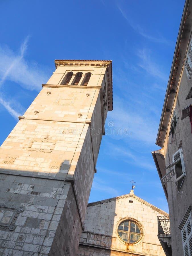 Församlingkyrka av vår dam av det insnöat den gamla staden av Cres, Kroatien arkivfoton