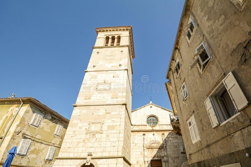 Församlingkyrkan St Mary av den insnöade Cres staden, ö av Cres, Kroatien royaltyfria bilder