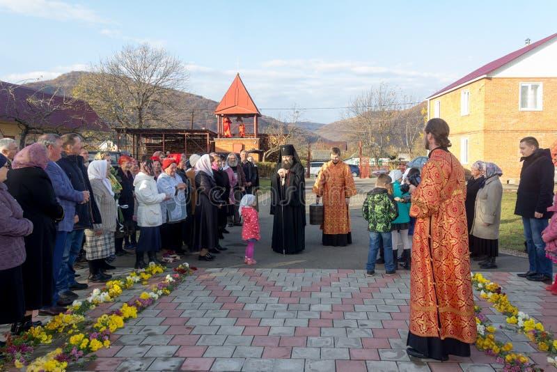 Församlingsboer av den hälsade ärkebiskopen för ortodox kyrka royaltyfria foton