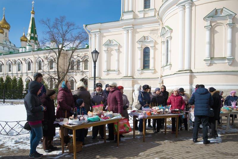 Församlingsboer i förväntan av invigningen av påskmat i den Voskresensky Novodevichy kloster petersburg saint arkivbild
