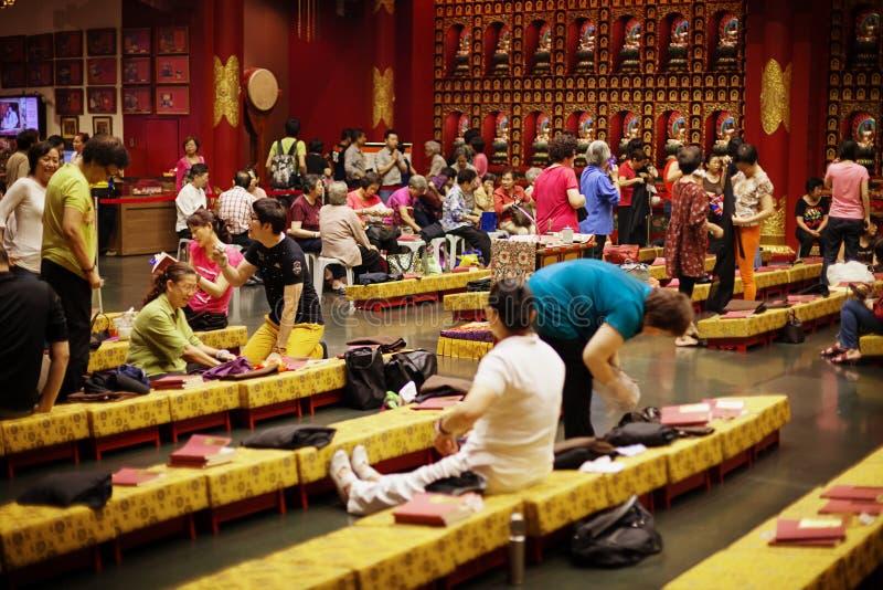 Församlingsboer i vikarier för Buddhatandrelik fotografering för bildbyråer